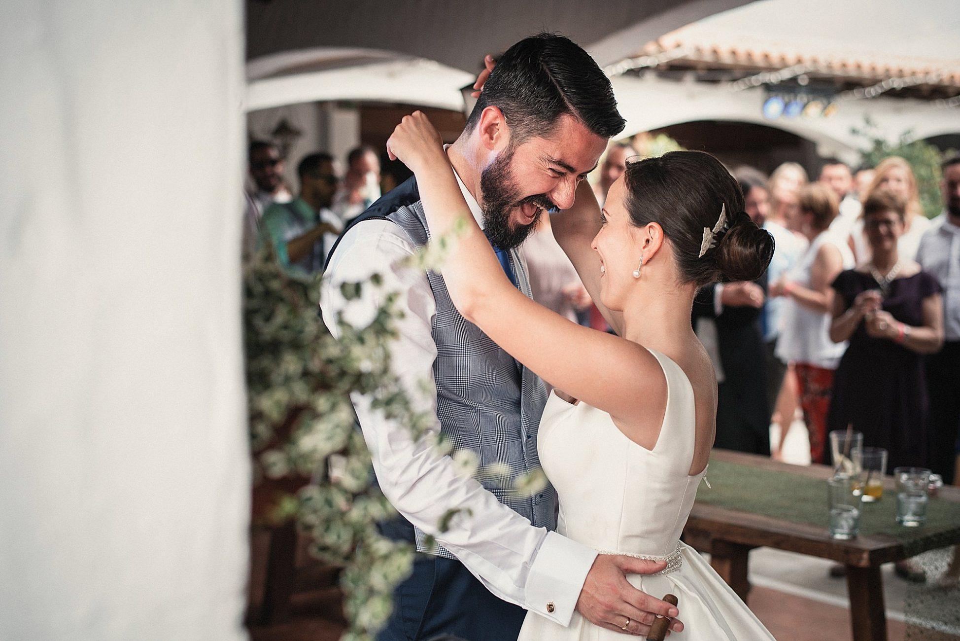 Novios sonriendo abrazados fotografía de boda en el hidalgo