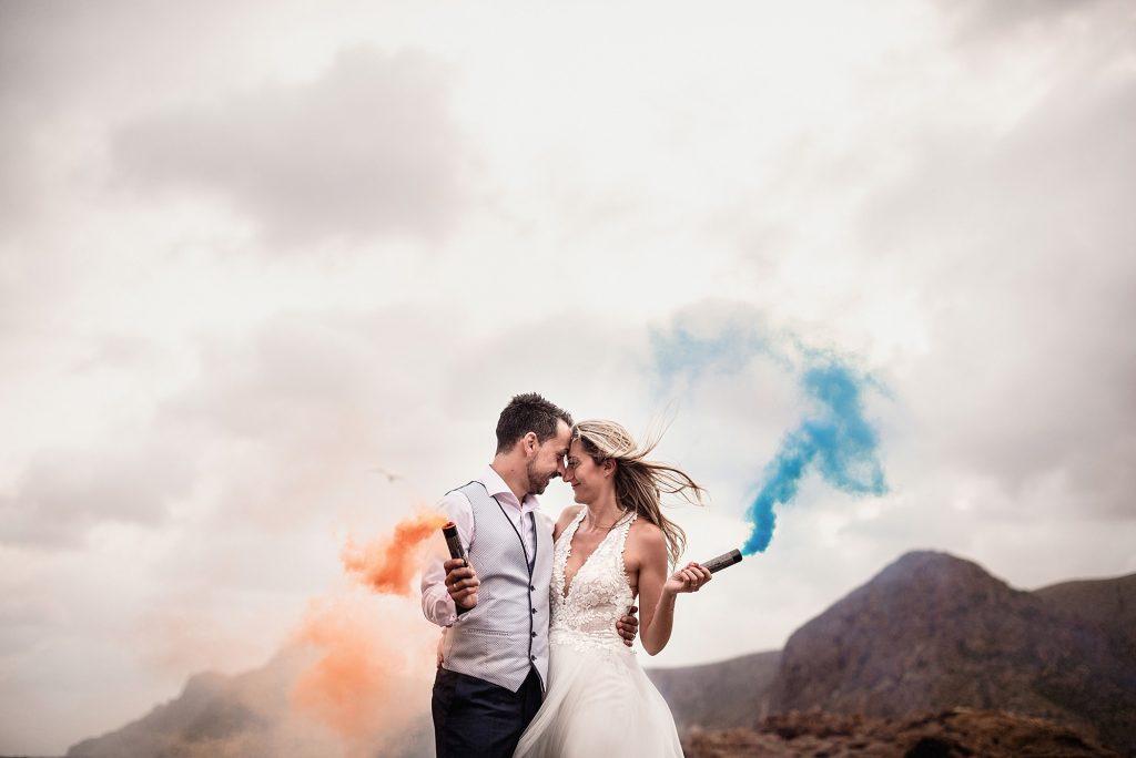 fotografía de boda con humo de colores