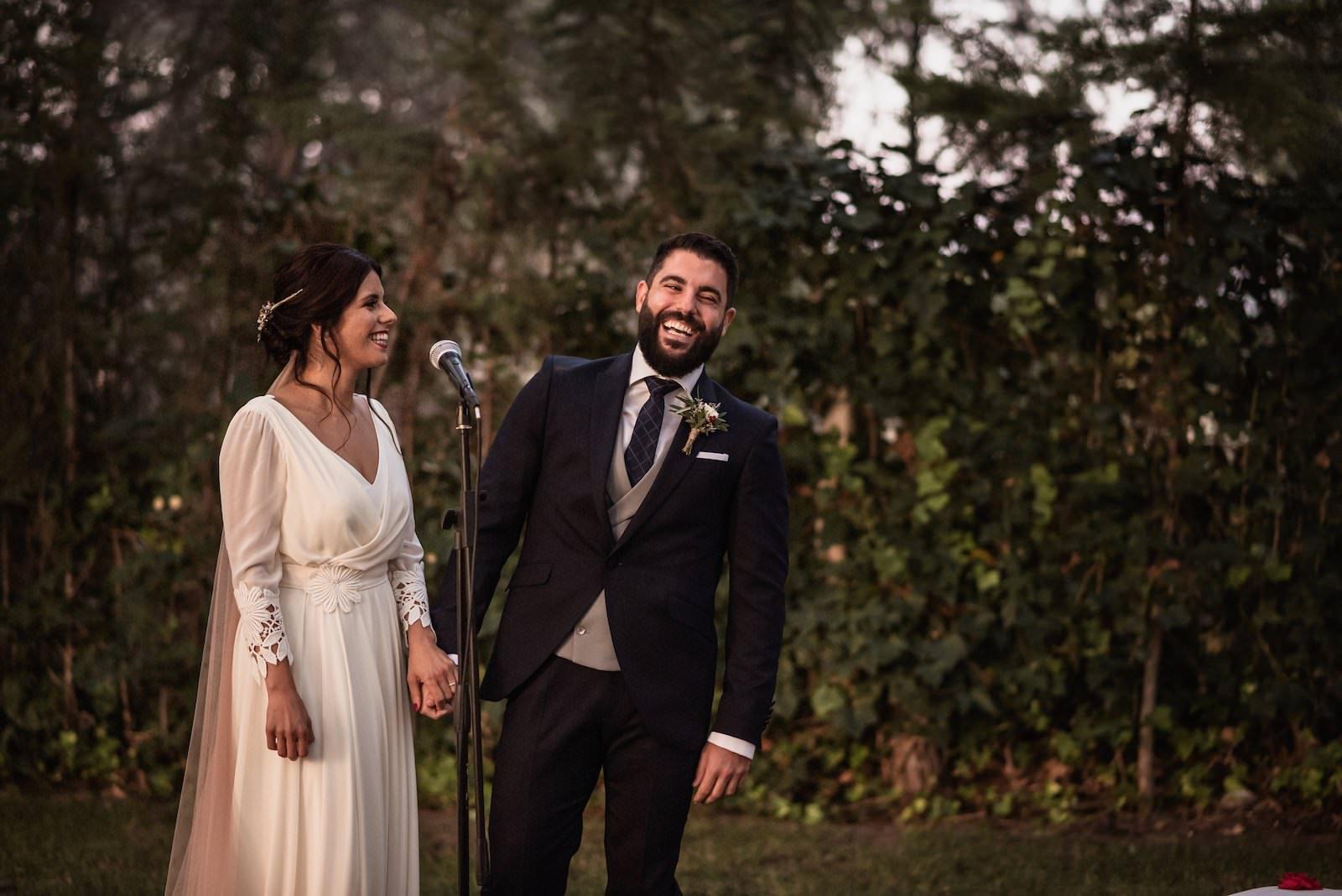 fotografia de boda en murcia novios paseando jardín