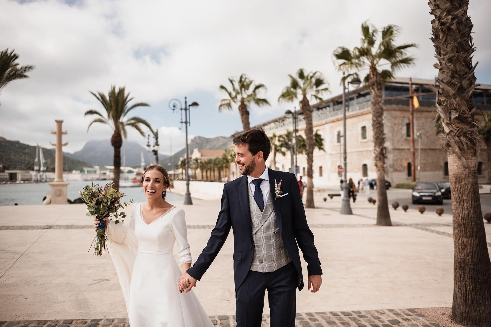 fotografia de boda novios en paseo maritimo murcia levante