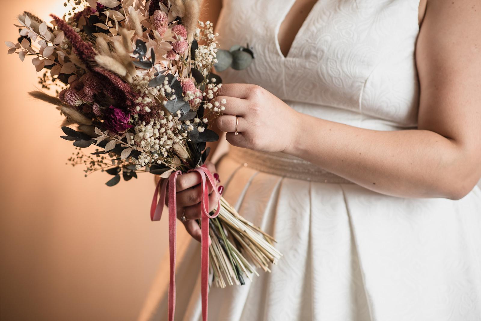 fotografia de boda novia con ramo de flores en las manos
