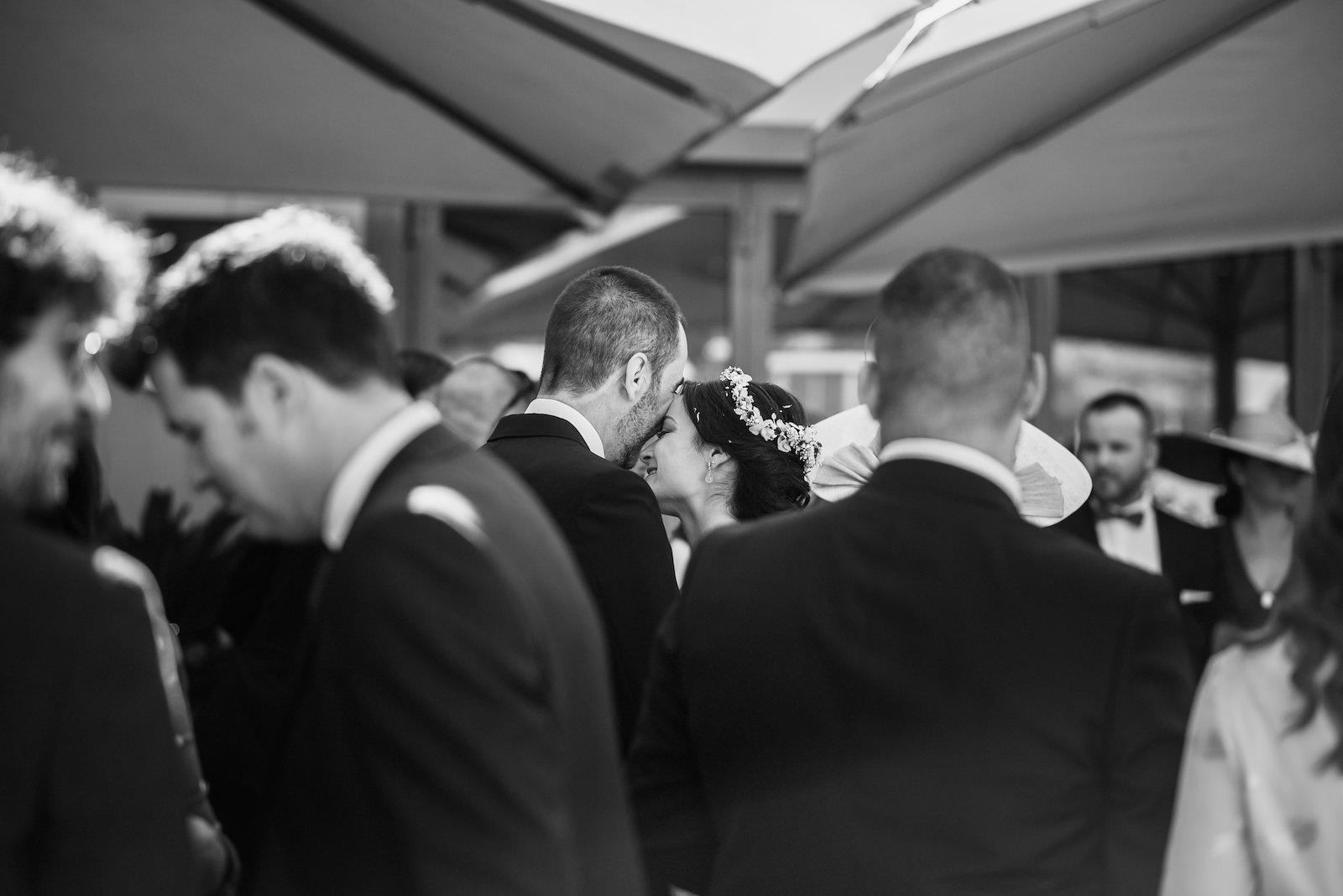 fotografia de boda novios al fondo rodeados de invitados