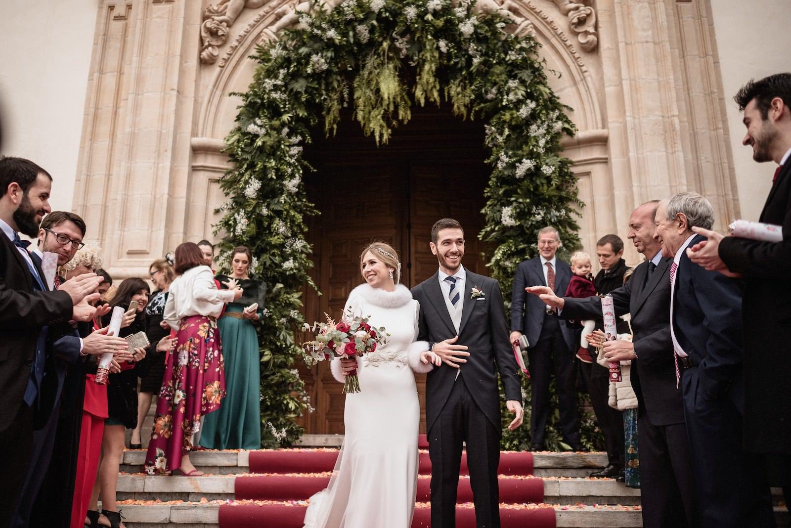 fotografia de boda novios en la puerta de la iglesia