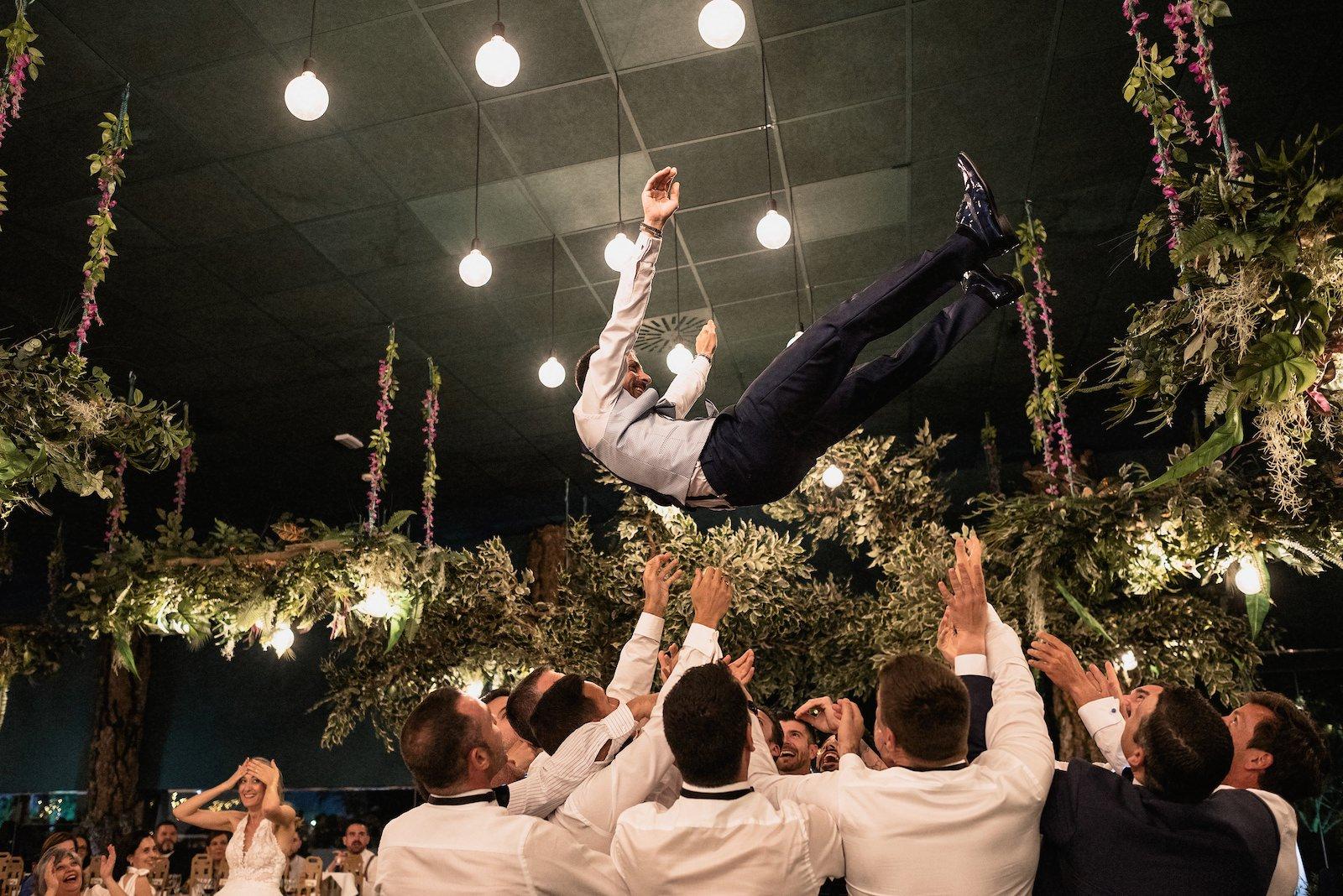 fotografia de boda novio lanzado por los padrinos de boda murcia