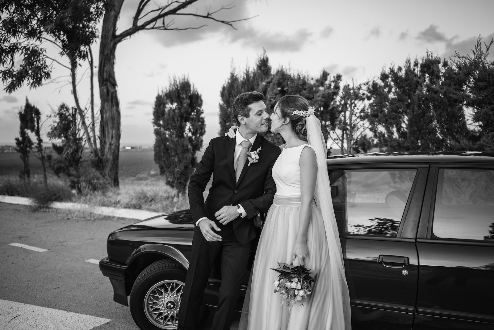 fotografia de boda llegada a la iglesia en coche murcia
