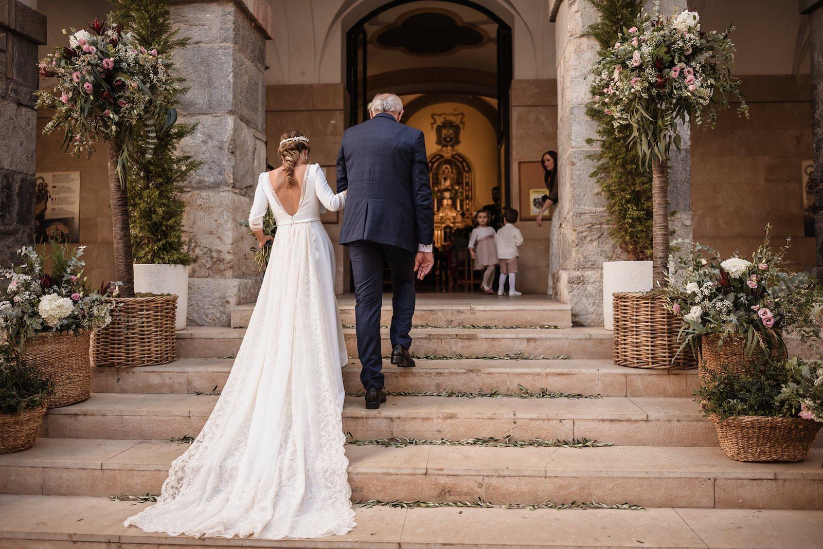 fotografia de boda novia con su padre subiendo escaleras murcia
