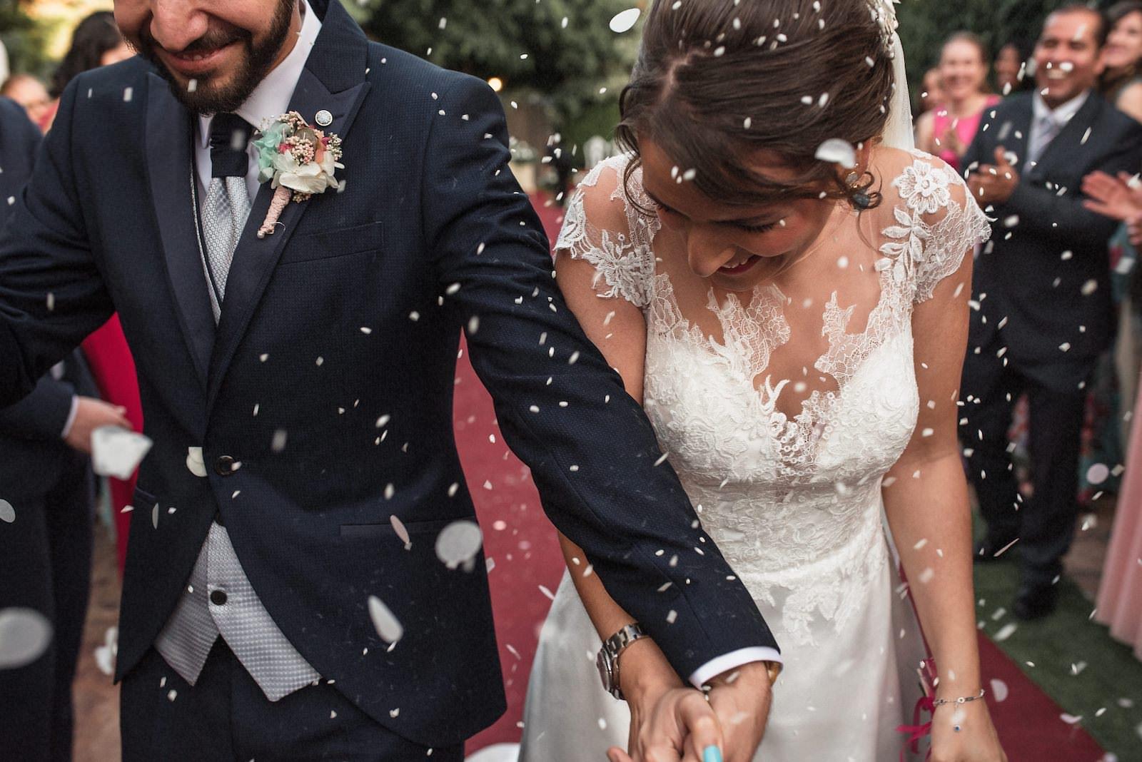 fotografia de boda novios con arroz saliendo de la iglesia