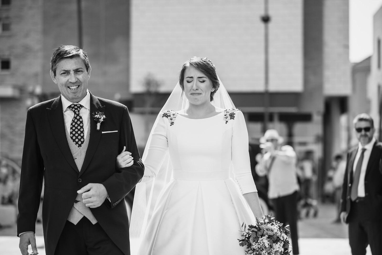 fotografia de boda en blanco y negro novios caminando en la calle