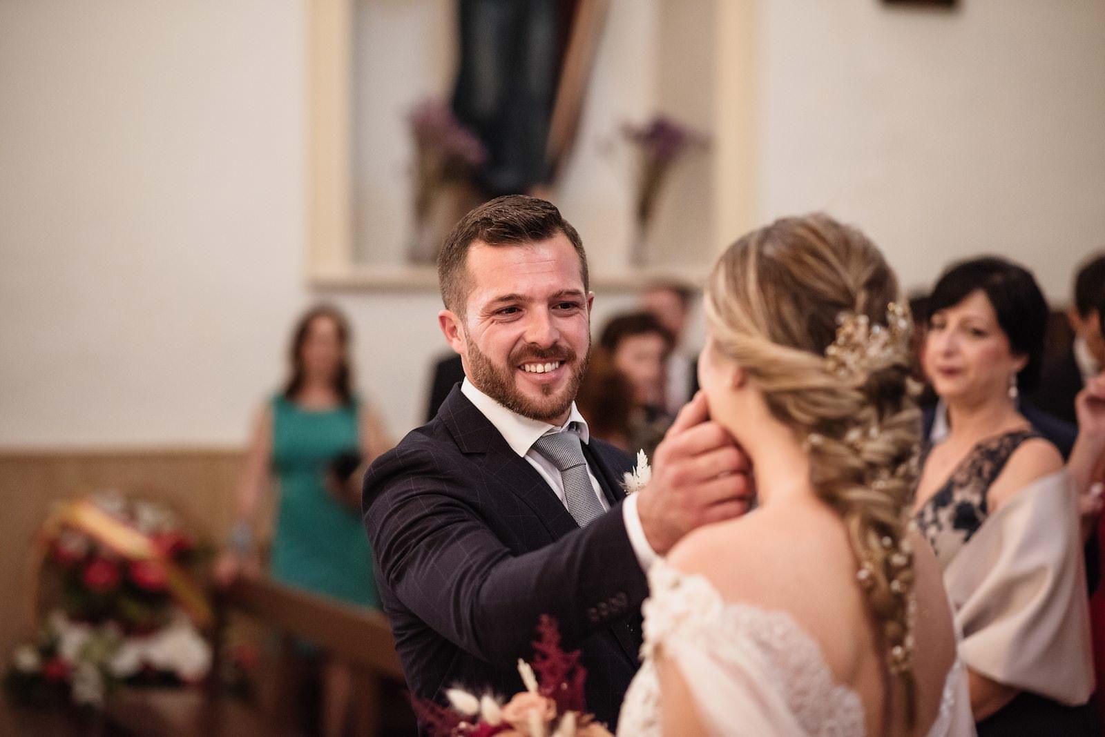 fotografia de boda novios en el altar sonriendose