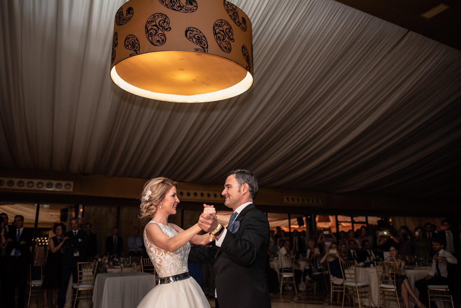 fotografia de boda novios bailando en salon de bodas